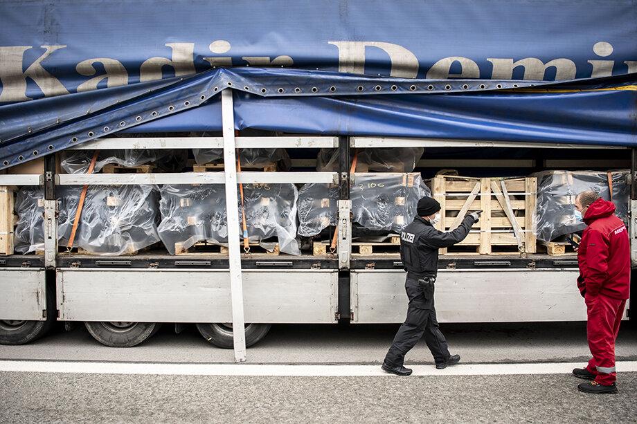 Магазины и транспортные компании не могут найти водителей грузовиков и готовы платить им и курьерам любые деньги, лишь бы только выбраться из сложившейся ситуации.