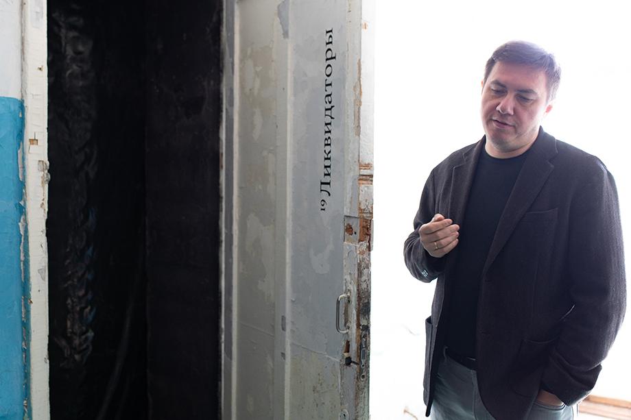 Павел на открытии своей выставки «Звенящий след».