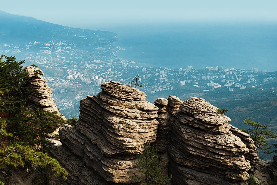 Скалы Таракташского гребня напоминают развалины древней крепости.