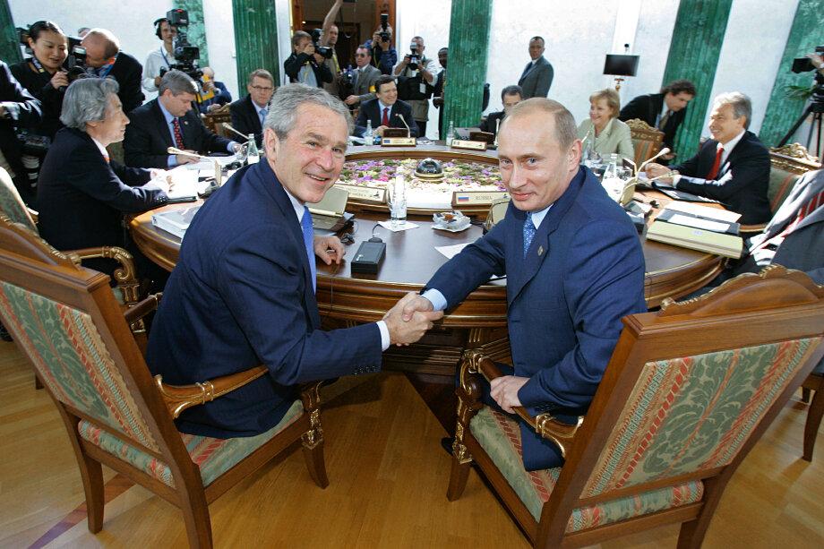 Самый дорогой русский подарок президенту США вручил Владимир Путин. В 2003 году Джордж Буш получил книгу, оценённую в 45 тысяч долларов.