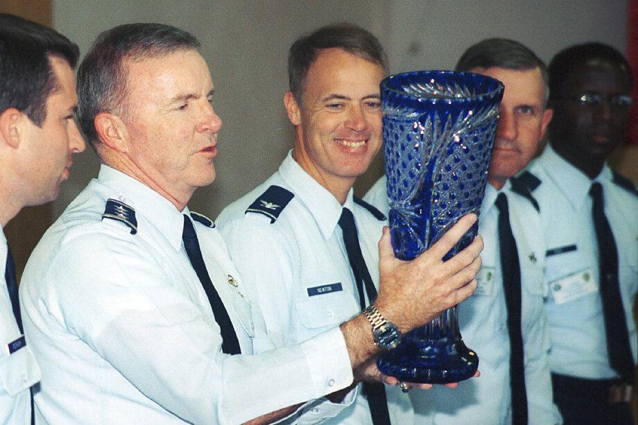 24 августа 2001 года. Командующий 8-й воздушной армии США генерал-лейтенант Томас Кек с подарком от российских ВВС в честь его 55-летия.