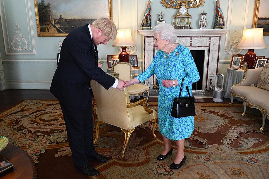 Елизавета II, королева Великобритании, имеет и конституционное право утверждать или не утверждать избранного премьер-министра страны.