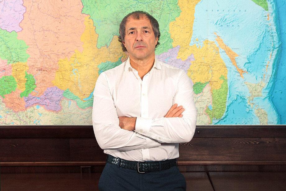 Сергей Студенников открыл первый магазин спиртных напитков «Красное & Белое» в городе Копейске Челябинской области.