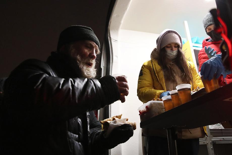По примеру питерской «Ночлежки» в Уфе поставят надувные ангары с тепловыми пушками, чтобы бездомные могли отогреться в холода, поесть и даже переночевать.