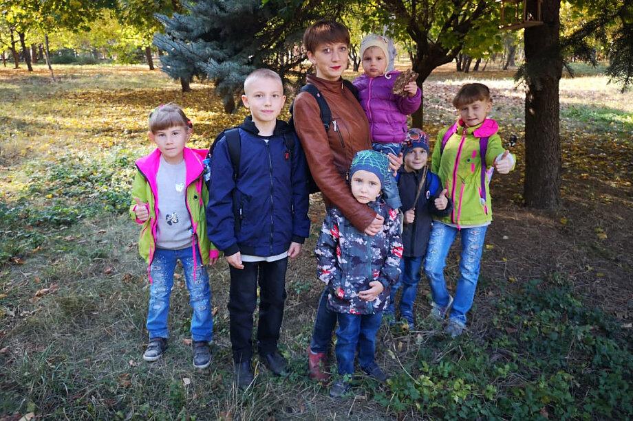 Одинокая мама воспитывает семерых приёмных детей.