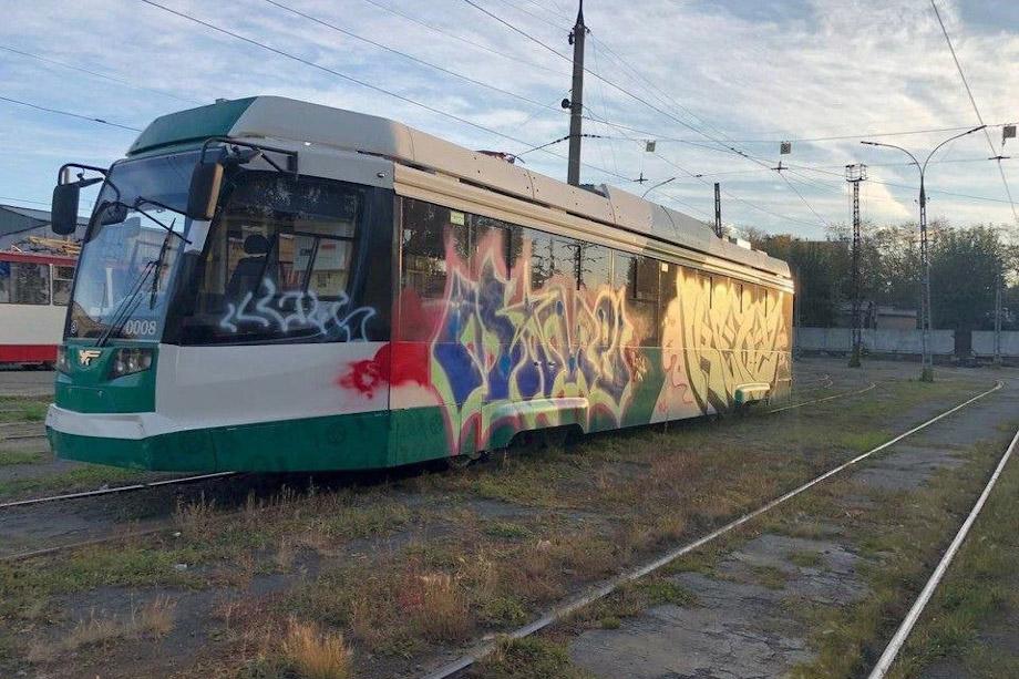 На вагоне появились разноцветные надписи.