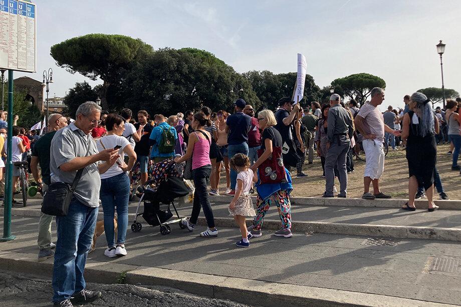 Митинг был заявлен как мирный, в числе протестующих – семьи и маленькие дети.