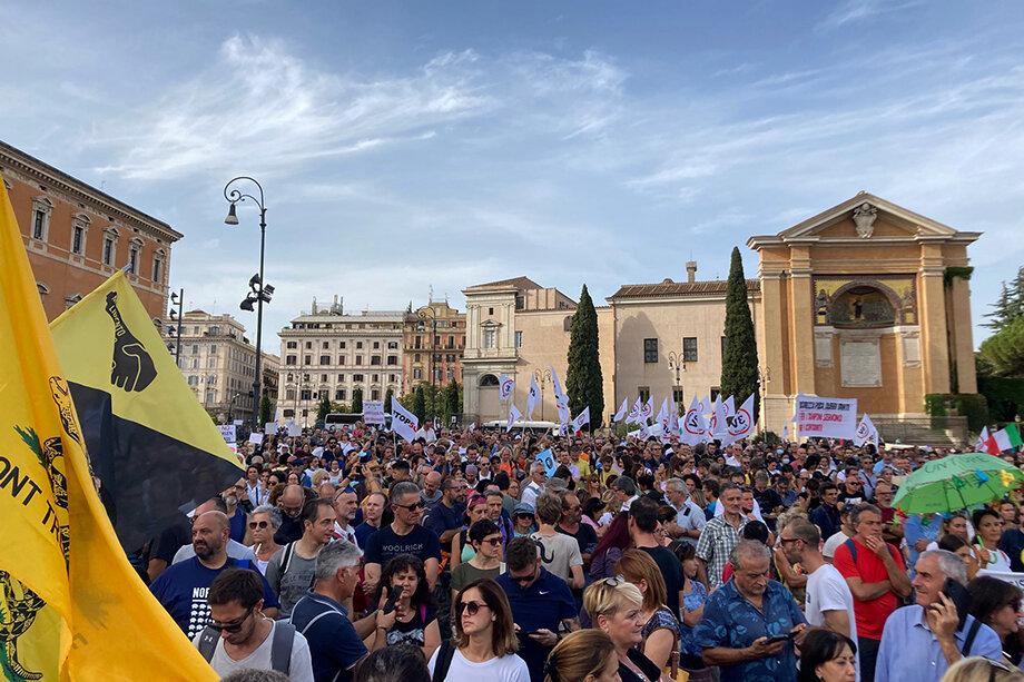 Газеты сообщают о нескольких сотнях демонстрантов на площади, тогда как на самом деле на площади и в её окрестностях собралось около 100 тысяч человек.