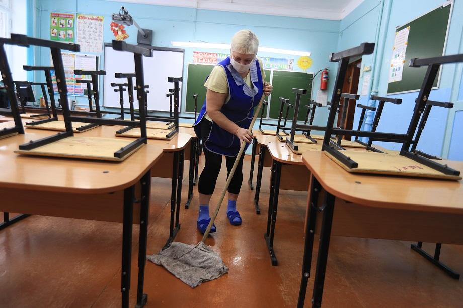 Педагоги и родители московских школьников сообщают о резком росте количества карантинных классов за последнюю неделю.