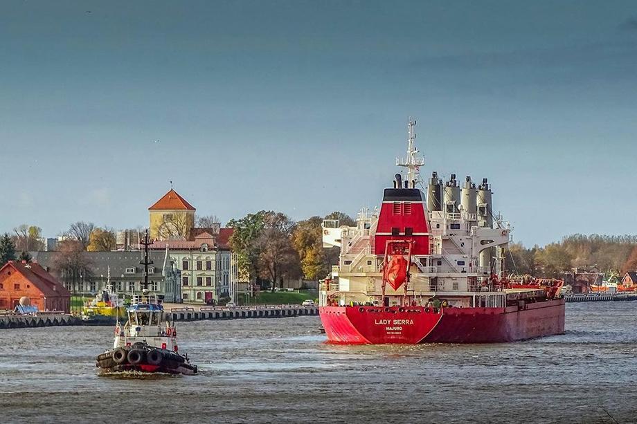 На балтийские порты напрямую влияют санкции Запада. В 2019 году их объектом оказался тогдашний мэр Вентспилса Айварс Лембергс. После этого начались экономические проблемы с местным портом.