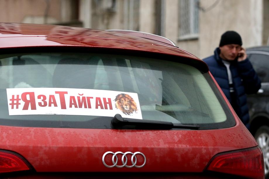 3 декабря 2019 года. Автомобиль у здания Белогорского районного суда во время заседания по делу о приостановке работы сафари-парка «Тайган».