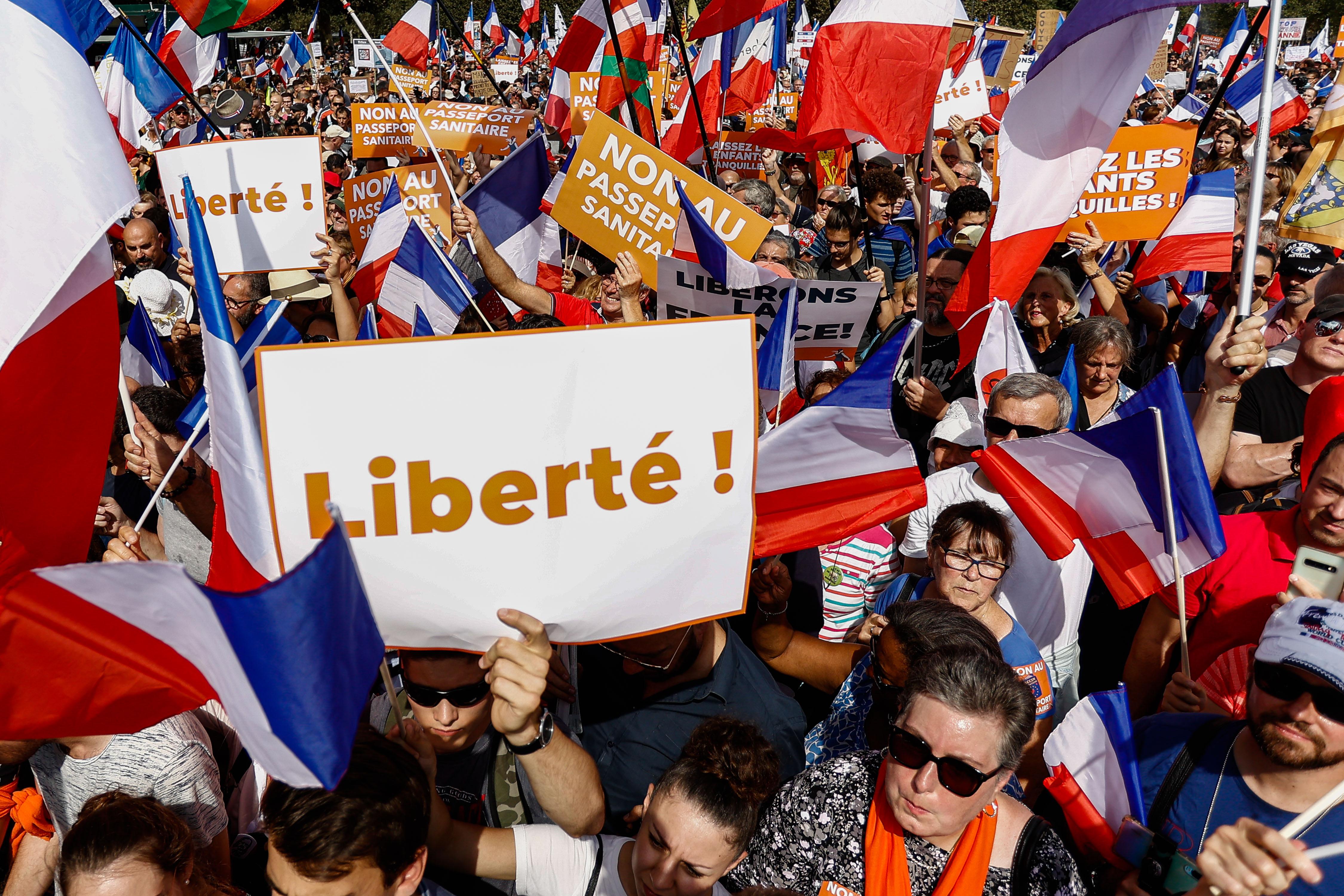4 сентября 2021 года, Париж. Запреты и ограничения для непривитых в других странах регулярно выводят многотысячные протесты на улицу.