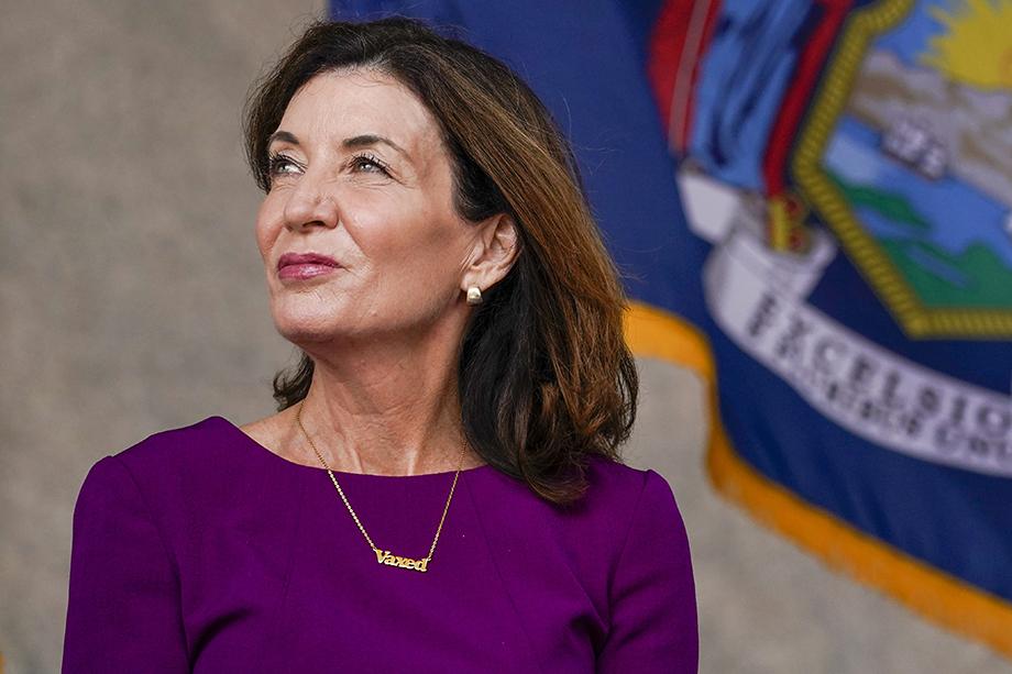 Губернатор штата Нью-Йорк Кэти Хокул на прошлой неделе появилась на публике с ожерельем с гравировкой «вакцинирована».