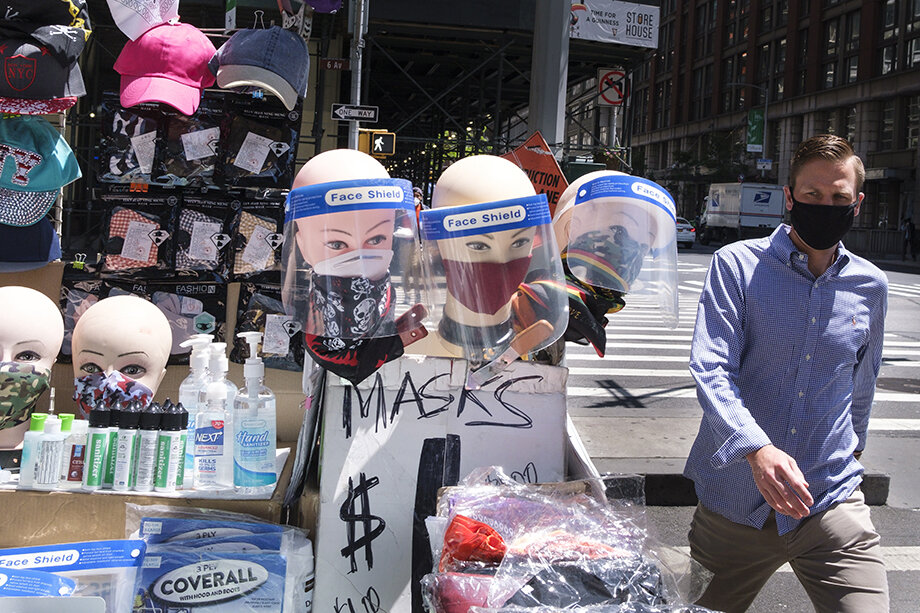 Защитная маска за считанные месяцы стала самым естественным и неизбежным атрибутом современности.