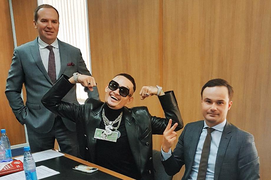 Моргенштерн (Алишер Валеев) – в центре. Его адвокаты Сергей Жорин и Александр Никитин (слева направо) во время рассмотрения административного дела о пропаганде запрещённых веществ в видеоклипах.