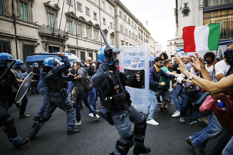 На прошедших выходных более 10 000 итальянцев вышли на акцию протеста против COVID-сертификатов.