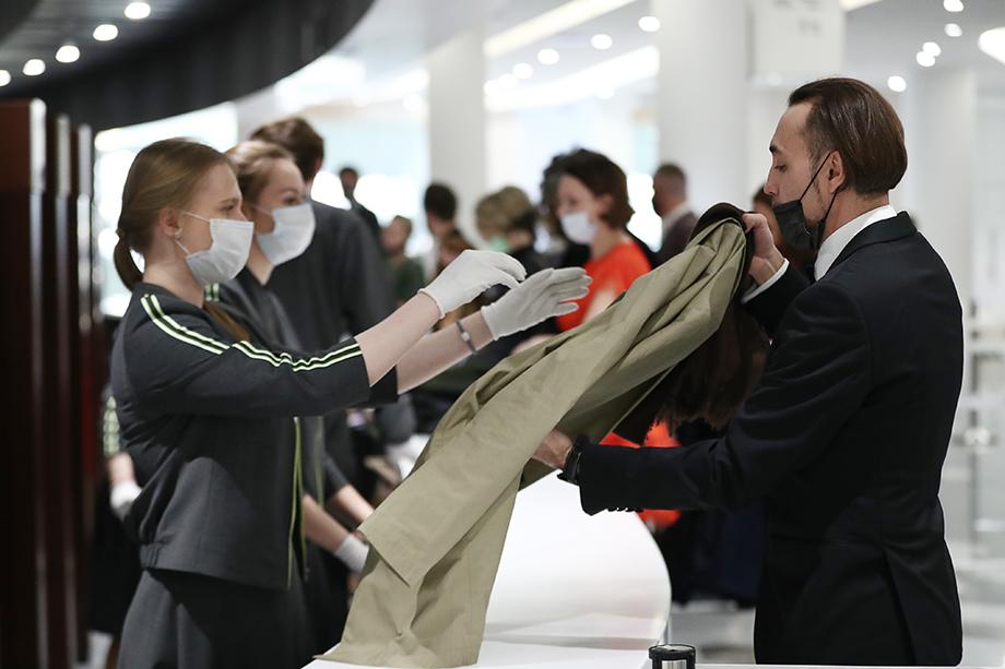 Глава департамента культуры Москвы Александр Кибовский лично просил театралов соблюдать антикоронавирусные меры, чтобы театры не платили штрафы и продолжали работать.
