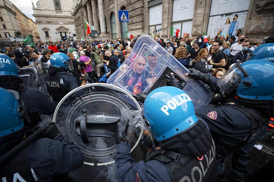 Акции протеста против закона о Green Pass состоялись в более чем 80 городах страны.