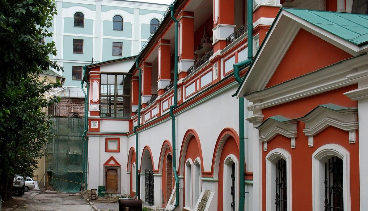 Богоявленский монастырь, вид от собора на Никольский пассаж в Ветошном переулке.