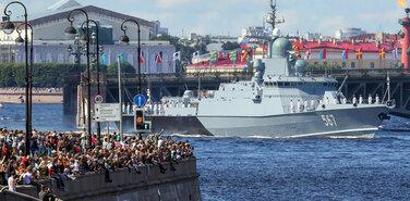 Полиция не смогла противостоять желанию петербуржцев увидеть главный военно-морской парад